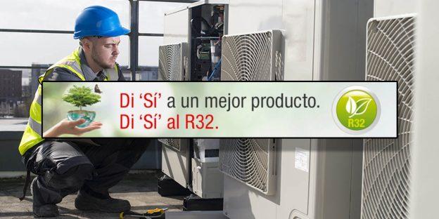 """Muestra en el fondo a un técnico instalando un equipo de aire acondicionado. En el frente se muestra un letrero donde se lee lo siguiente: """"Di Sí a un mejor producto; Di sí al R32."""